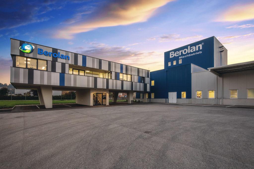 Firmengebäude der BEROLAN GmbH von vorne bei Abendstimmung